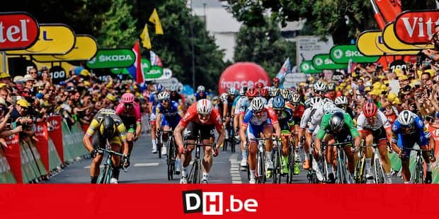 Netherlands' Dylan Groenewegen (L) sprints on his way to win, ahead of Germany's Andre Greipel (2ndL) and Colombia's Fernando Gaviria (R) the eighth stage of the 105th edition of the Tour de France cycling race between Dreux and Amiens, northern France, on July 14, 2018. / AFP PHOTO / Philippe LOPEZ