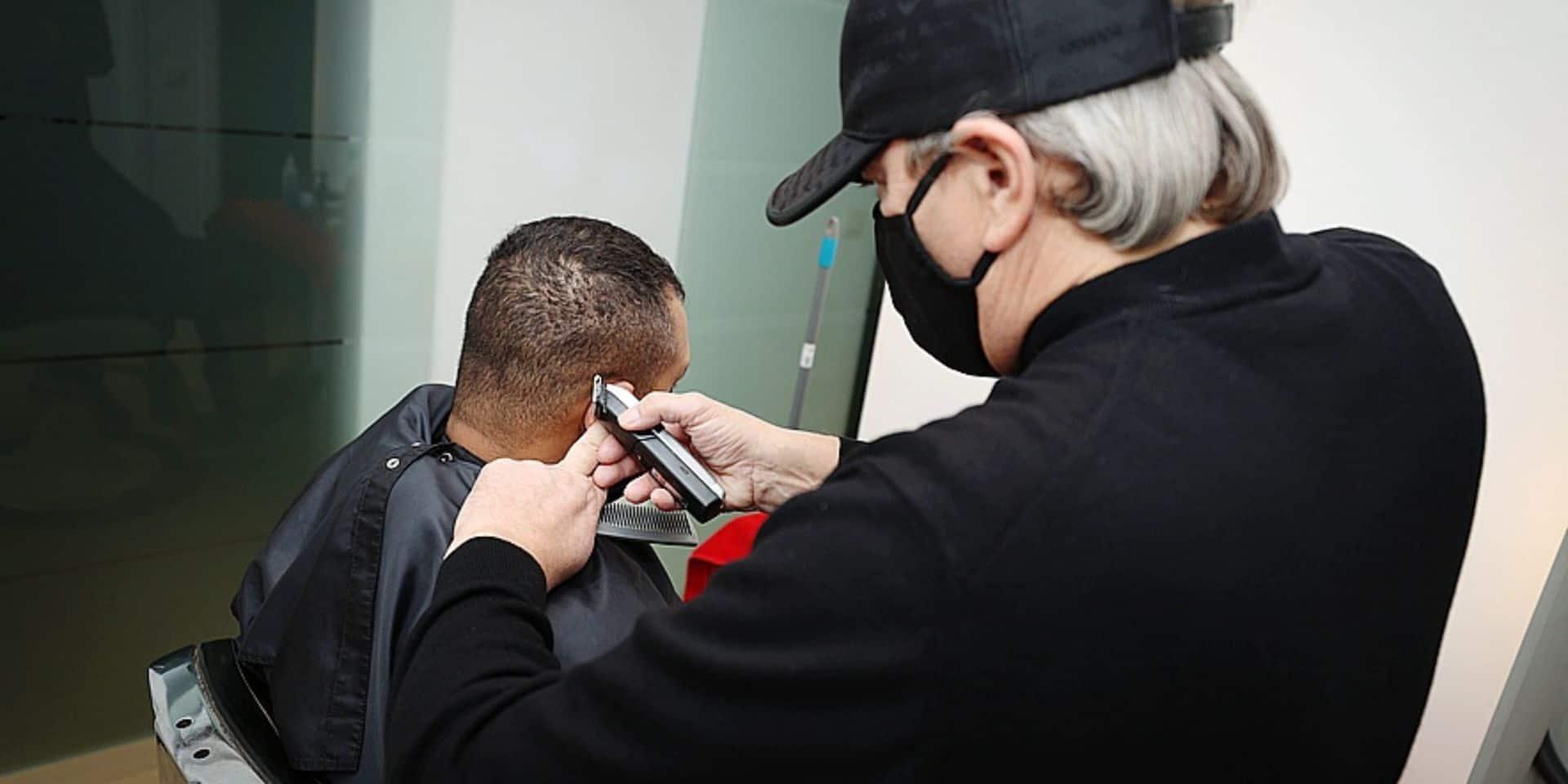 """Les coiffeurs clandestins reprennent du service: """"faut arrêter de se mentir, tout le monde le fait"""""""