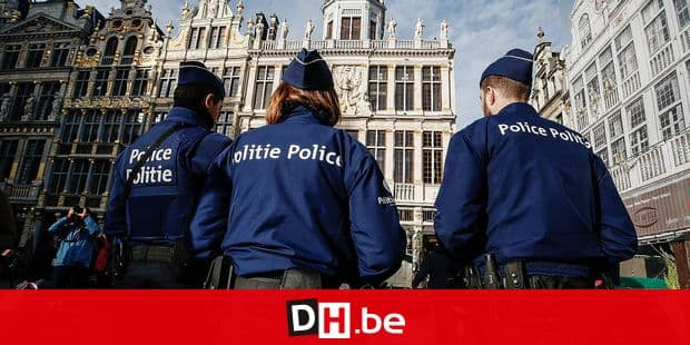 20151230 - BRUSSELS, BELGIUM: Illustration picture shows police officers at the Grand Place - Grote Markt square in the Brussels city center, Wednesday 30 December 2015. After several searches in Brussels, Vlaams-Brabant and Liege on Sunday and Monday two suspects were arrested. They are suspected of being part of a terrorist cell that may have planned several attacks in the Brussels city center. At this point it is assumed there are no links to the November Paris attacks. Terror alert level around Brussels police station is raised from 2 to 3. BELGA PHOTO THIERRY ROGE