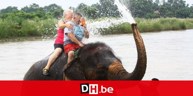 (160911) -- CHITWAN, Sept. 11, 2016 () -- Tourists enjoy an elephant bath on Rapti river at Sauraha, a tourism hub in southwest Nepal's Chitwan district, Sept. 10, 2016. Sauraha is close to Chitwan National Park and the best-known Safari Park in Nepal. The tourism sector of Sauraha has rapidly grown up this year as there was more decline of tourists due to earthquake last year. (/Sunil Sharma)(yy) Reporters / Photoshot