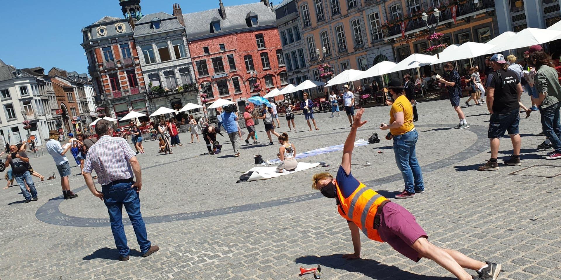 """Une cinquantaine d'artistes """"toujours debout"""" sur la Grand-Place de Mons"""