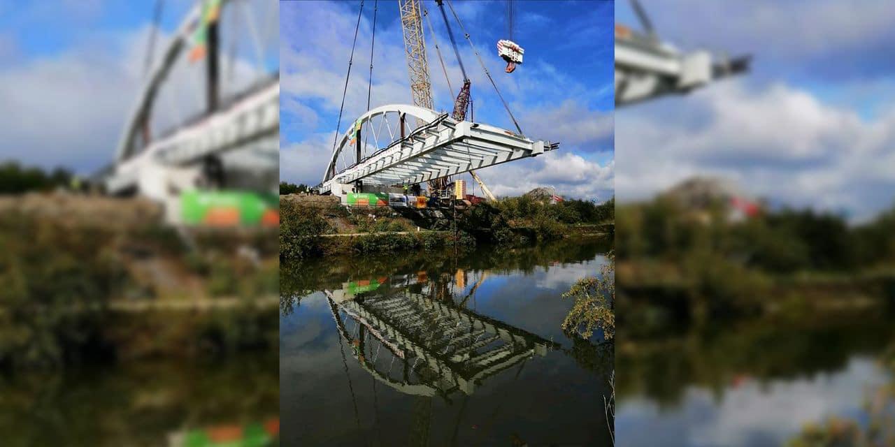 Le pont de Marchienne en cours d'installation ce dimanche soir
