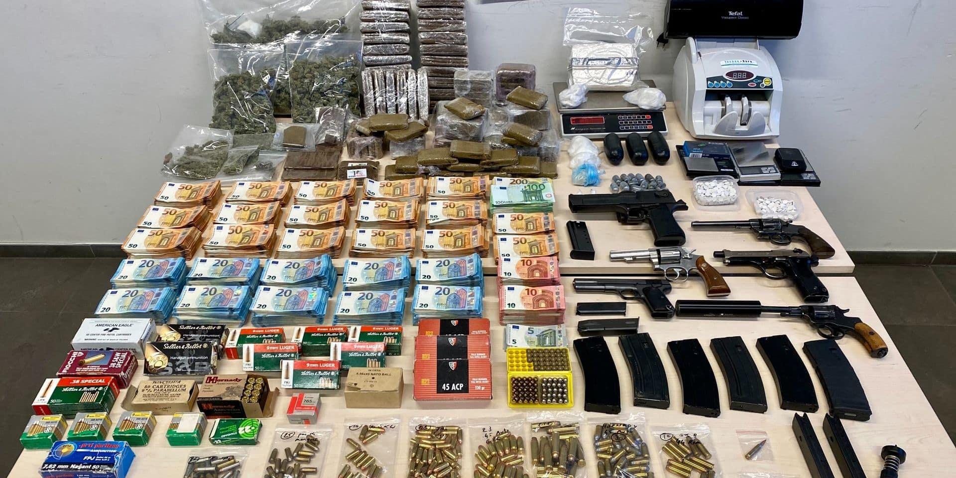 Armes à feu, munitions de guerre, drogues dures et 146.525 € cash dissimulés derrière un faux mur à Etterbeek