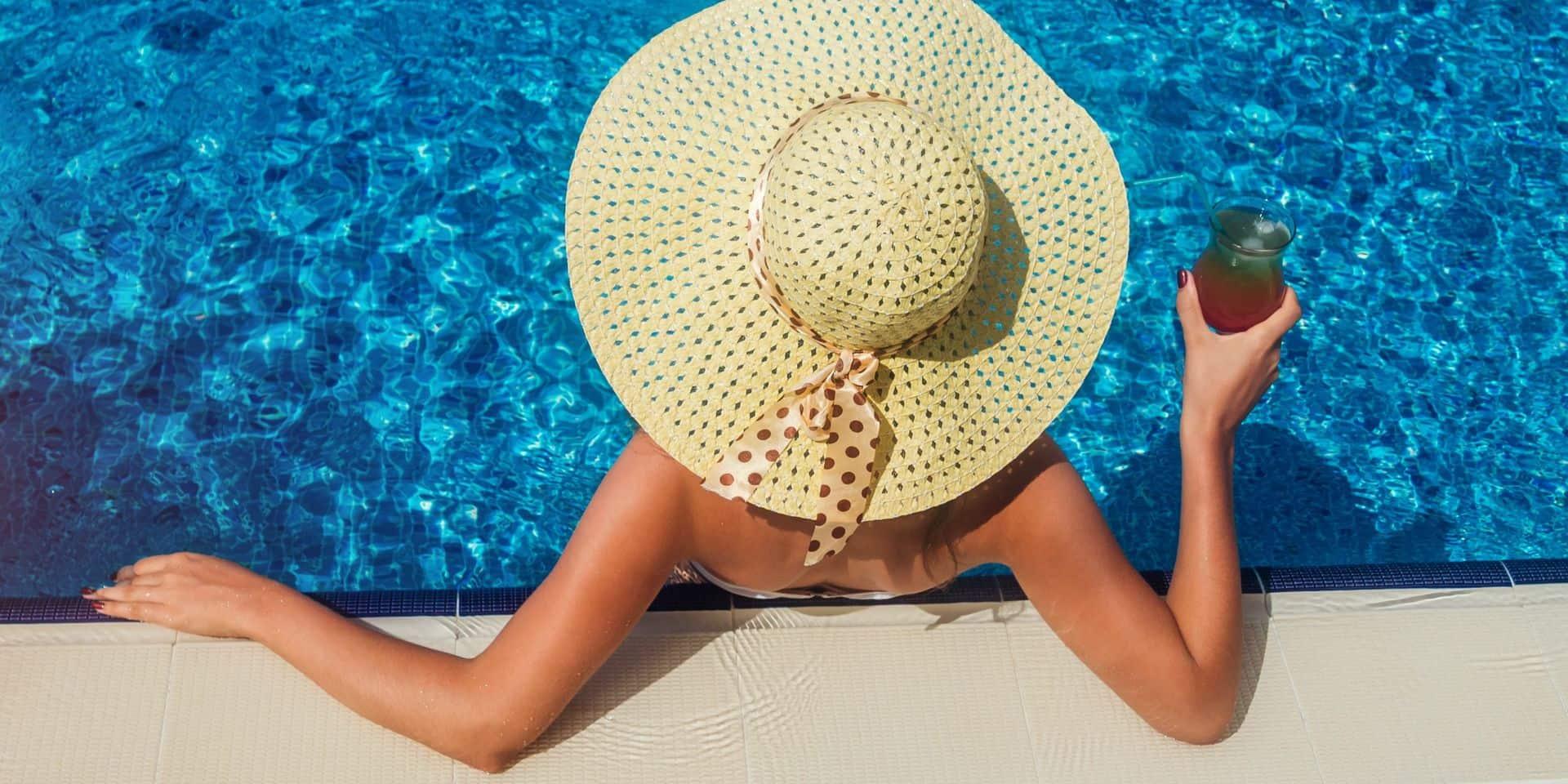 """Vacances et Covid: quand les touristes se confinent dans des """"all inclusive"""" en Grèce"""