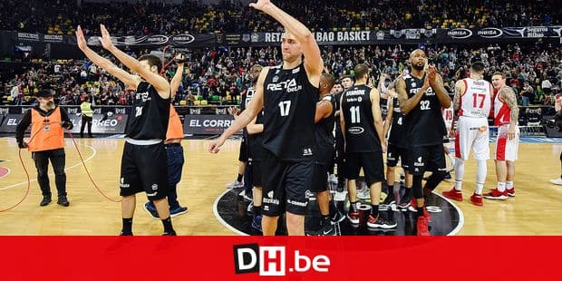 RETAbet Bilbao Basket's players US Mickell Glaness (R) and Belgian Axel Hervelle (C) wave the crowd after being defeated by Kirolbet Baskonia in their Spanish ACB basketball league's game in Bilbao, northern Spain, 13 May 2018. EFE/ Miguel Tona