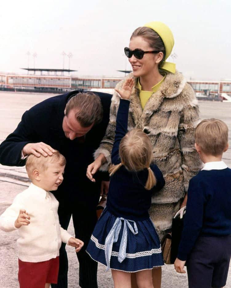 1965 avec ses trois enfants en bas âge.