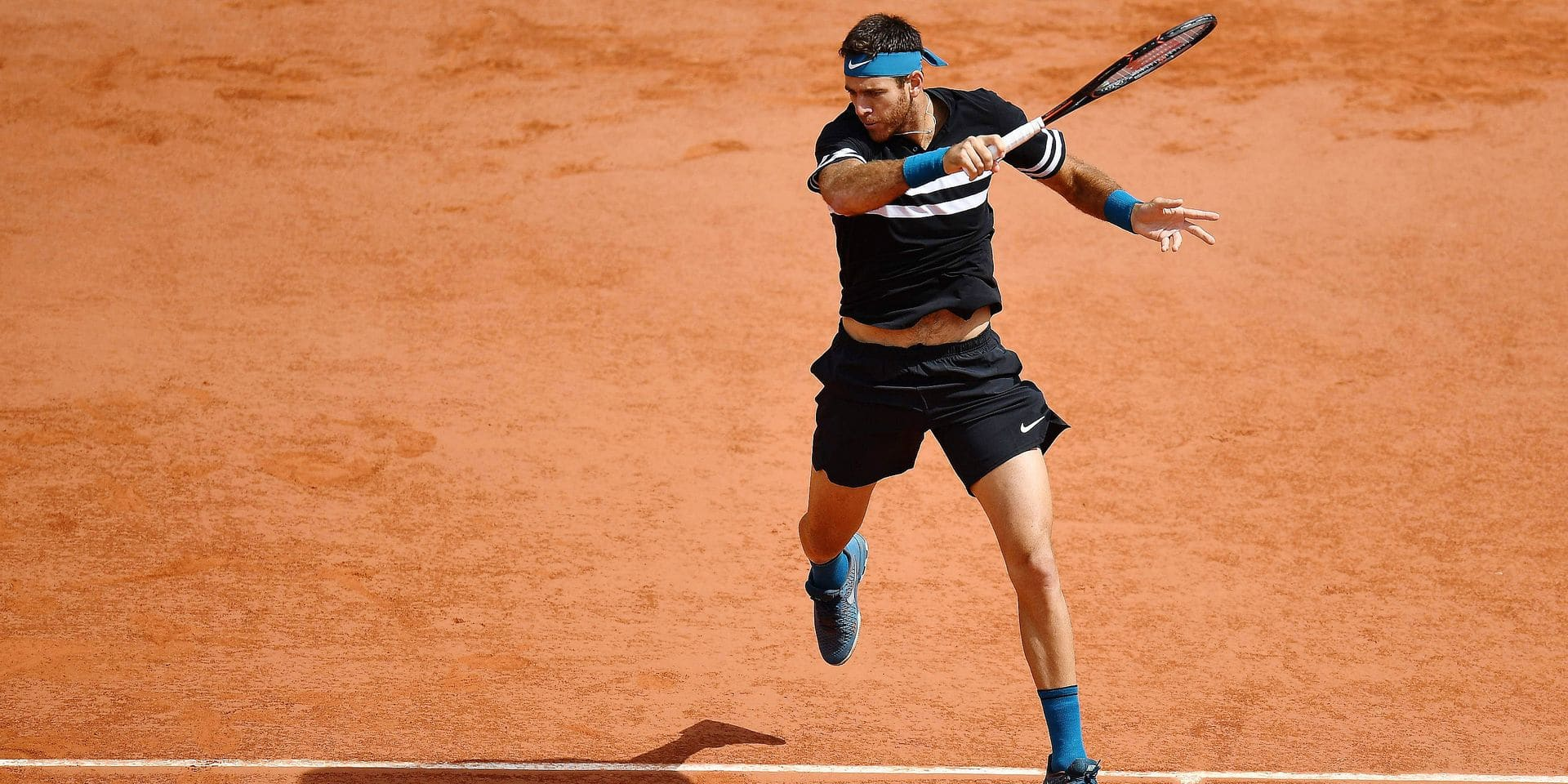 Argentina's Juan Martin del Potro plays a forehand return to Croatia's Marin Cilic during their men's singles quarter-final match on day twelve of The Roland Garros 2018 French Open tennis tournament in Paris on June 7, 2018. / AFP PHOTO / Christophe ARCHAMBAULT