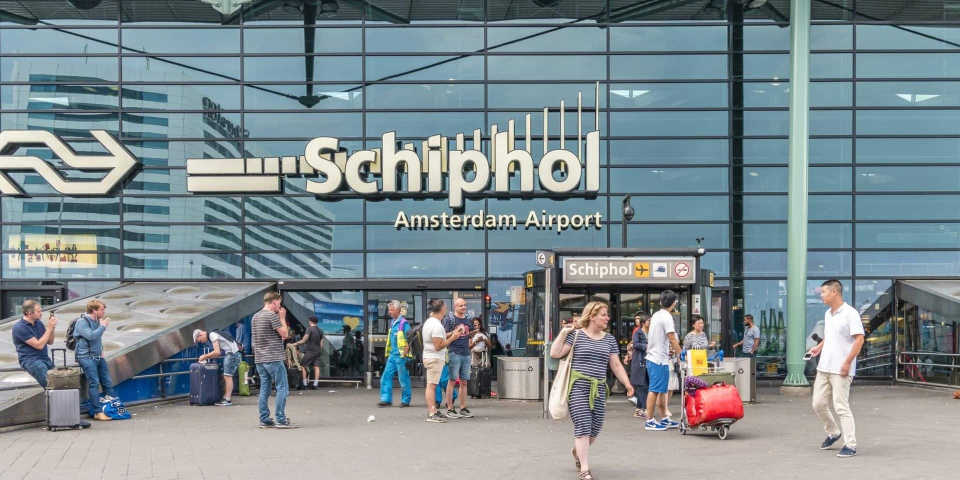 La police néerlandaise tire sur un homme menaçant avec un couteau à l'aéroport de Schiphol