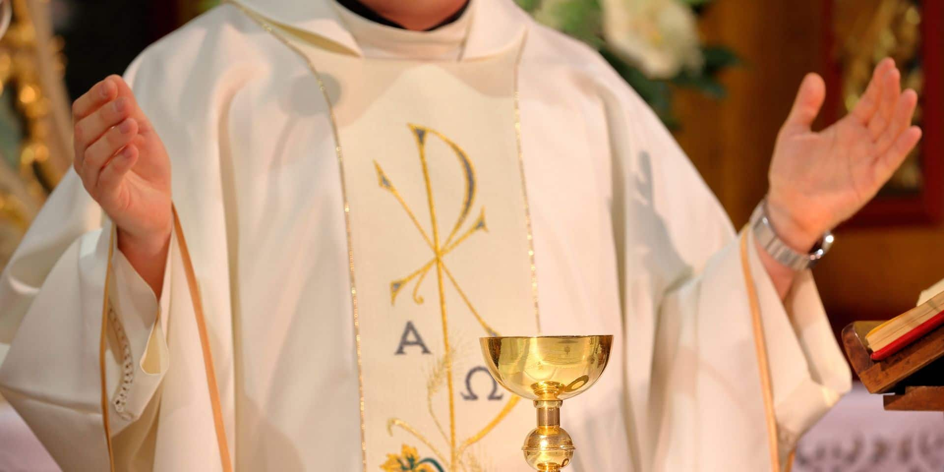 Un prêtre arrêté parce qu'il détournait l'argent de sa paroisse pour organiser... des soirées libertines