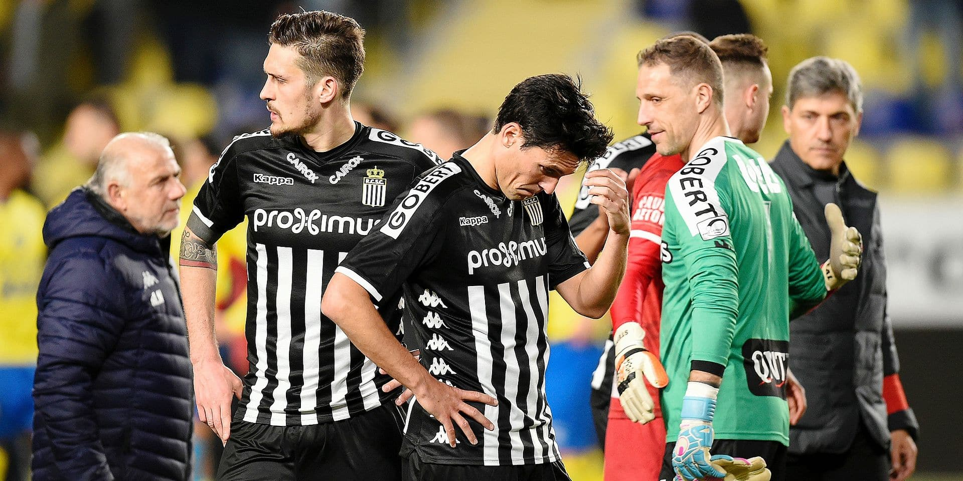 Charleroi's Jeremy Perbet, Charleroi's goalkeeper Nicolas Penneteau and Charleroi's head coach Felice Mazzu react during a soccer match between Sint-Truidense VV and Sporting Charleroi, Sunday 24 February 2019 in Sint-Truiden, on the 27th day of the 'Jupiler Pro League' Belgian soccer championship season 2018-2019. BELGA PHOTO JOHN THYS
