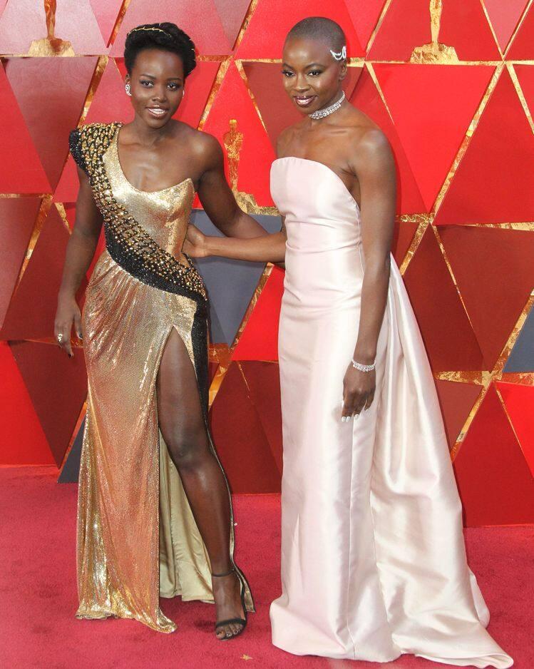 Lupita Nyong'o et Danai Gurira, brillantissimes en             Atelier Versace et bijoux    Messika pour Danai.