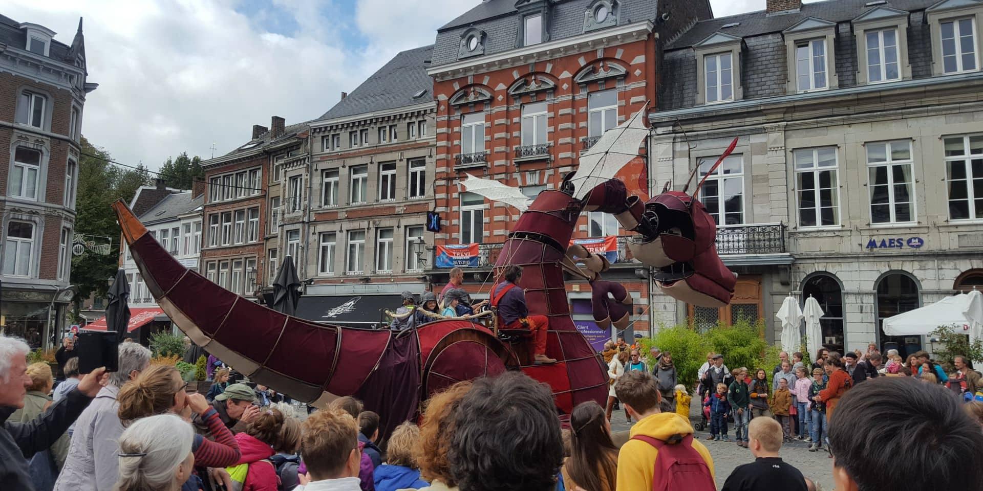 Un dragon sur la Grand-Place à Huy