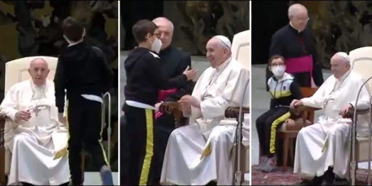 Un petit garçon se présente devant le pape François et tente d'attraper sa calotte (vidéo)