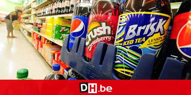 A woman shops for food items near a display of bottes of soda at a superrmarket in Rosemead, California on June 18, 2014, a day after a bill in California that would require soft drinks to have health warning labels failed to clear a key committee. Under the measure, sugary drinks sold in the most populous US state would have had to carry a label with a warning that sugar contributes to obesity, diabetes and tooth decay and the legislation, which would have been the first of its kind in the United States, passed the state Senate in May, but on it failed to win enough votes in the health commission of the California State Assembly on June 17, the Los Angeles Times reported. AFP PHOTO/Frederic J. BROWN (Photo by FREDERIC J. BROWN / AFP)