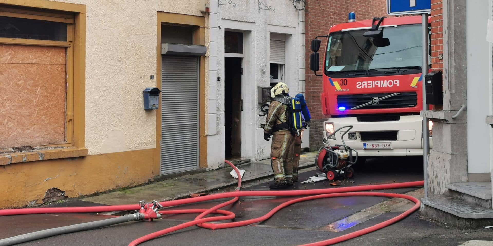 Important incendie dans une maison à Gilly, deux personnes transportées à l'hôpital