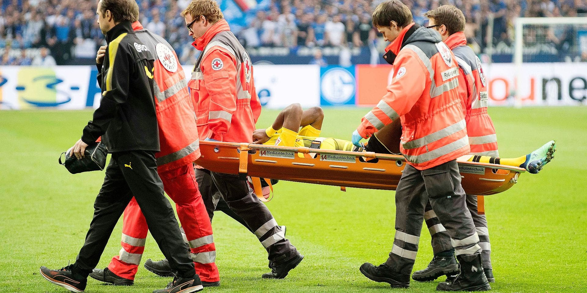 Michy BATSHUAYI (DO) is wounded, injury, Soccer 1. Bundesliga, 30. matchday, FC Schalke 04 (GE) - Borussia Dortmund (DO), on 04/15/2018 in Gelsenkirchen / Germany. | usage worldwide Reporters / DPA