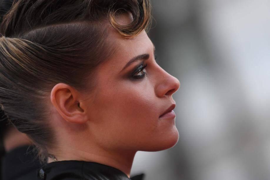 Elle doit son magnifique maquillage charbonneux à Chanel Makeup.