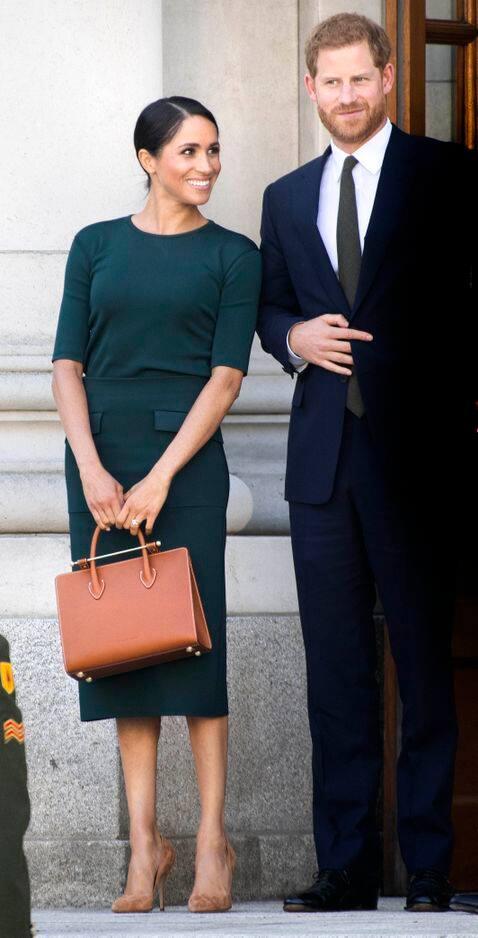 Un sac à main Strathberry et des talons beige ont complété sa tenue.
