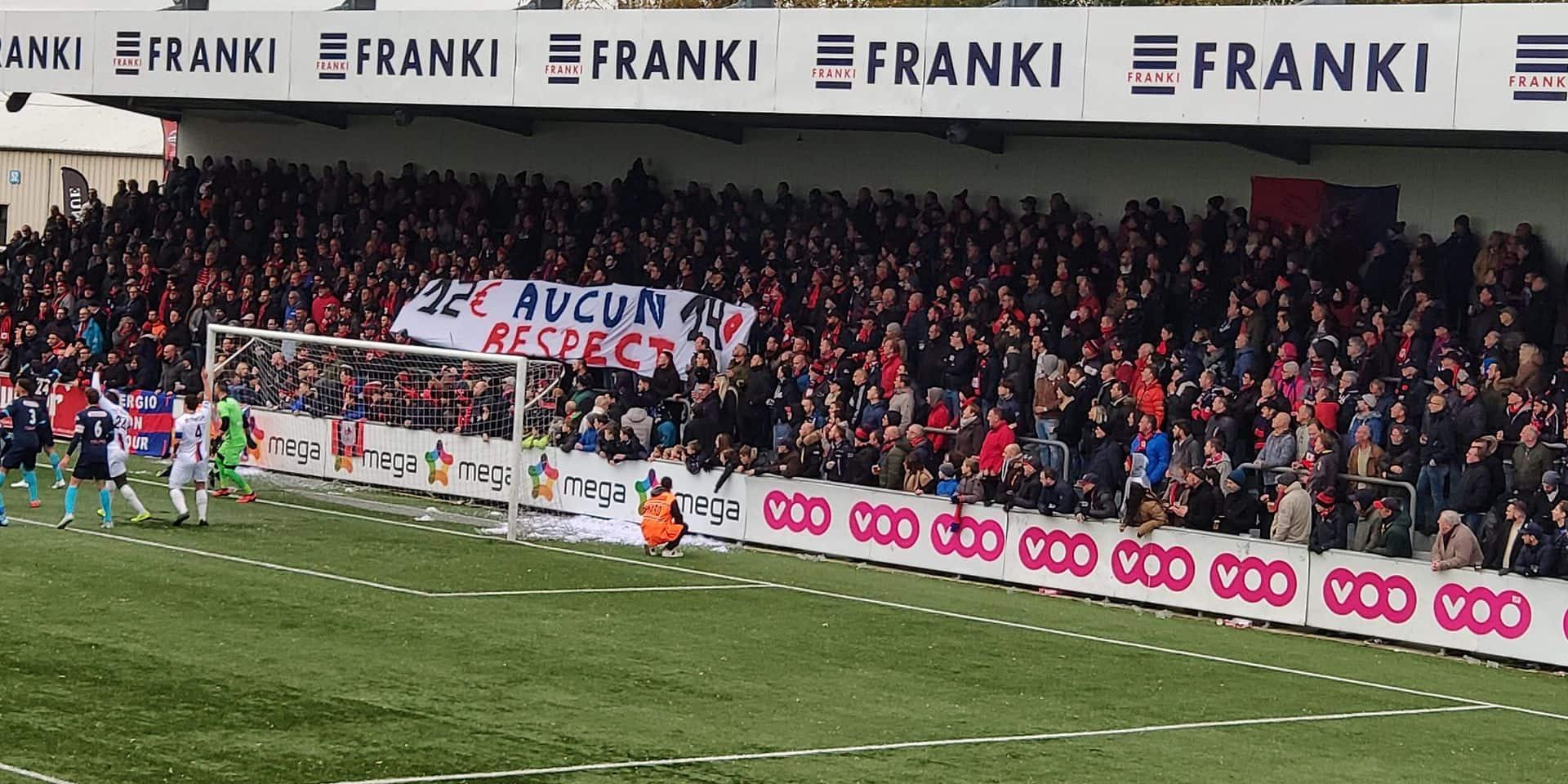 Les supporters du RFC Liège montrent leur colère pendant le derby face à Seraing