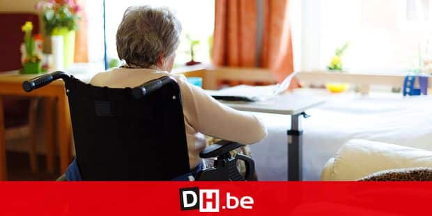 20150408 - HUY, BELGIUM: Illustration picture shows a woman in a wheelchair sitting at a table in a retirement home in Huy, Wednesday 08 April 2015. BELGA PHOTO MAXIME ANCIAUX