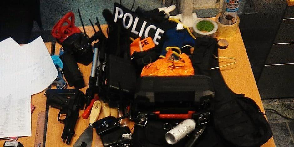 Jemeppe-sur-Sambre : la police arrête un Français en possession d'une arme factice, de faux gilets pare-balles et d'insignes de police