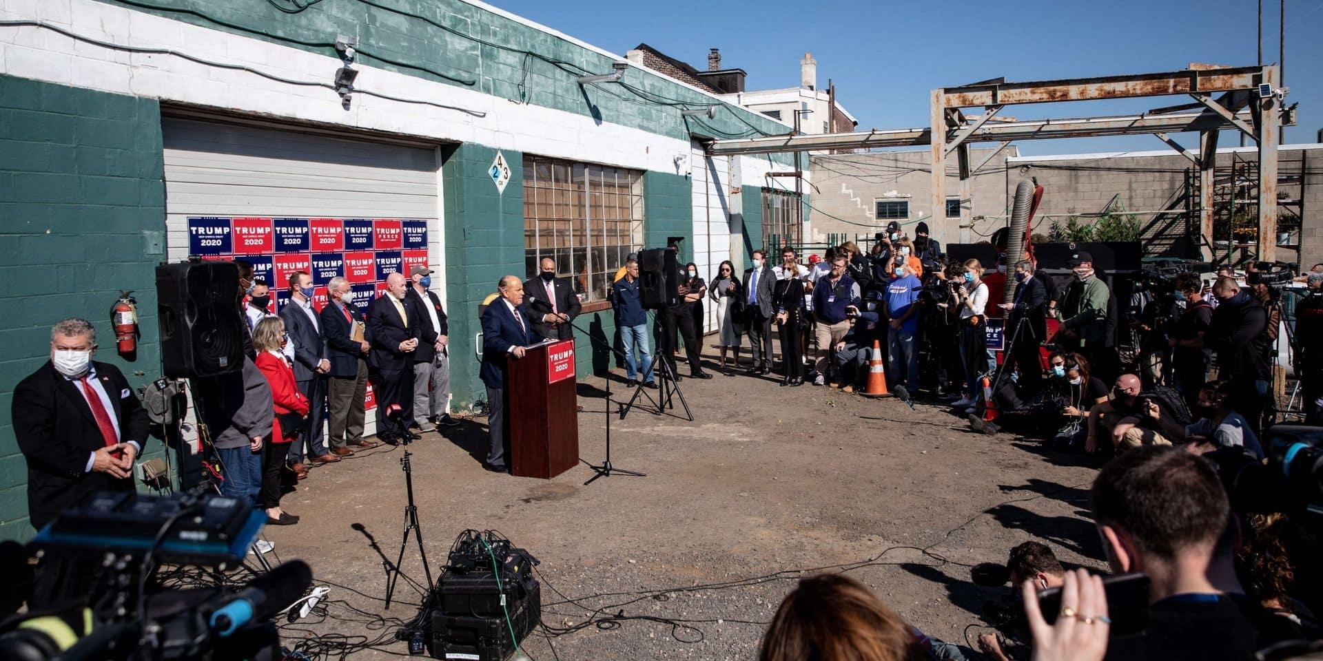 """Une bourde ? La """"grande conférence de presse"""" des avocats de Donald Trump se tient finalement devant une porte de garage"""