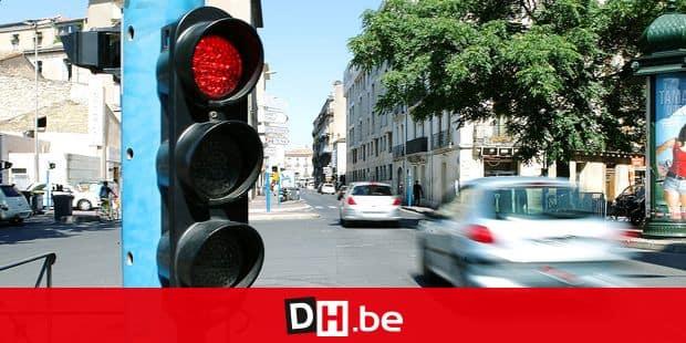 © Guillaume BONNEFONT/IP3, Montpellier, France le 22 juin 2010. Feu tricolore rouge brule par une voiture a Montpellier.