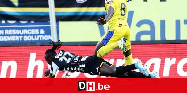 Charleroi's Mamadou Fall and STVV's Ibrahima Sankhon fight for the ball during a soccer match between Sporting Charleroi and Sint-Truidense VV, Saturday 21 September 2019 in Charleroi, on day eigth of the 'Jupiler Pro League' Belgian soccer championship season 2019-2020. BELGA PHOTO VIRGINIE LEFOUR