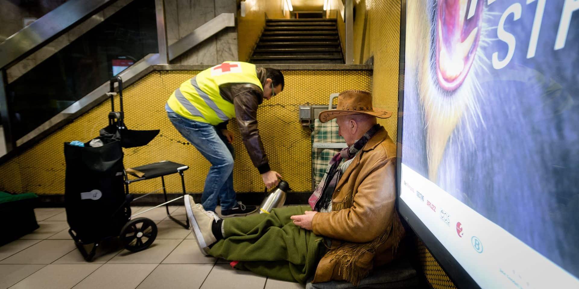 Bruxelles - Jette: Maraude sociale avec la croix-rouge de Jette - aide aux sans abris - pauvreté - sdf - croix rouge de belgique