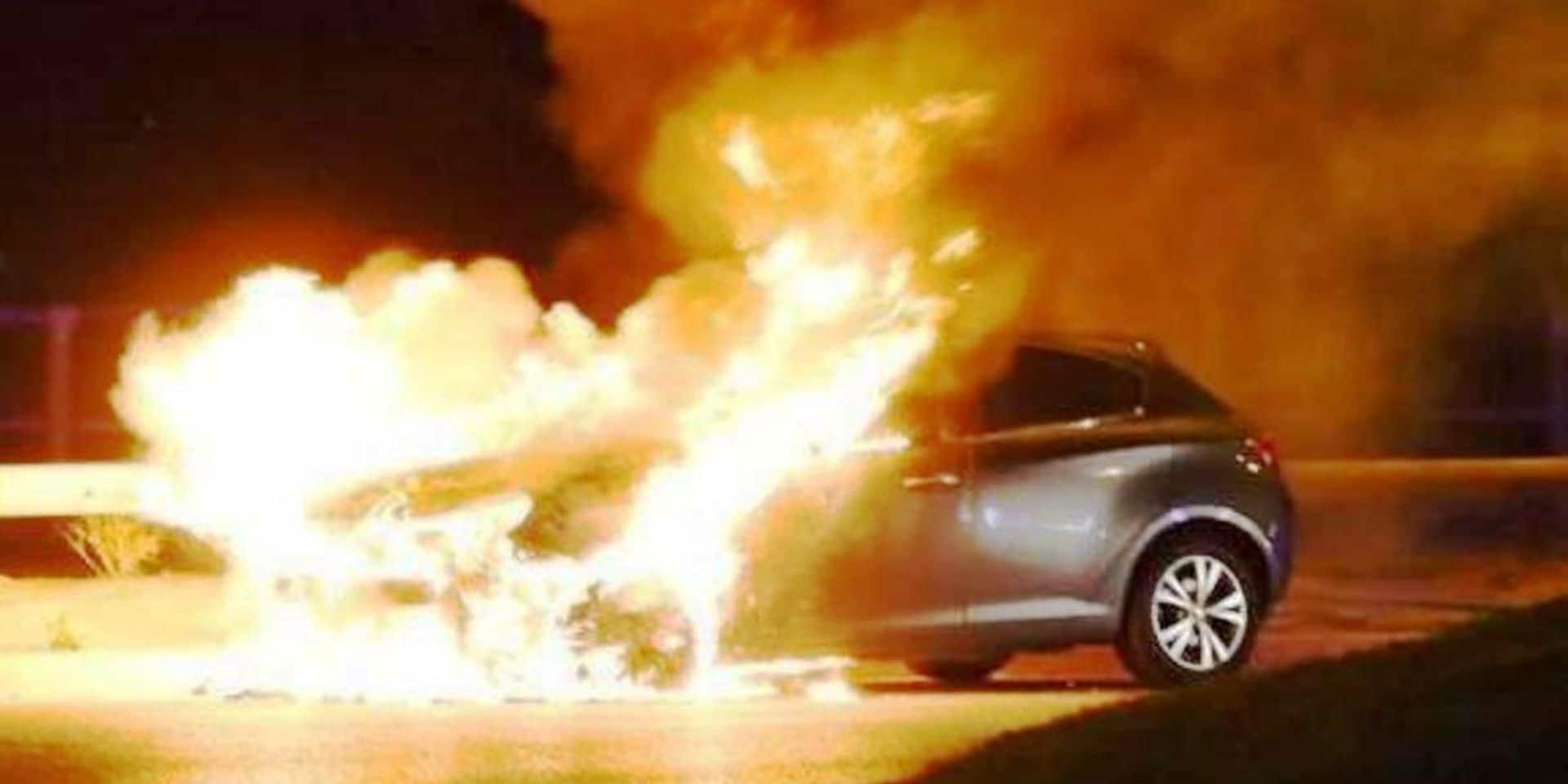 Marche-en-Famenne : une voiture en feu contre une façade