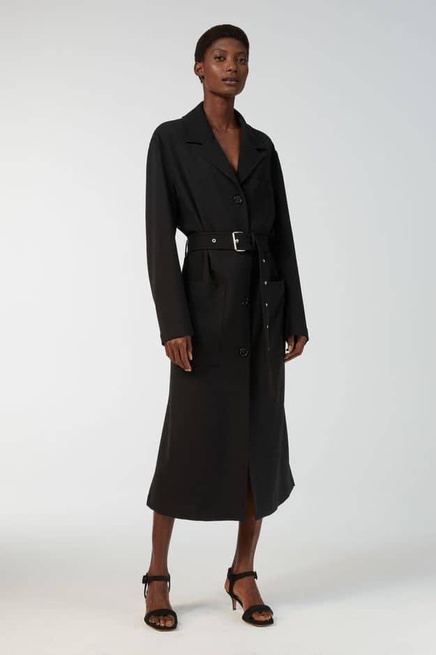 Black. Passe-partout et ultra-élégant ce trench coat                 Arket en laine, 225 €