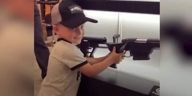 Un garçon de quatre ans encouragé à jouer avec une arme de guerre - La DH