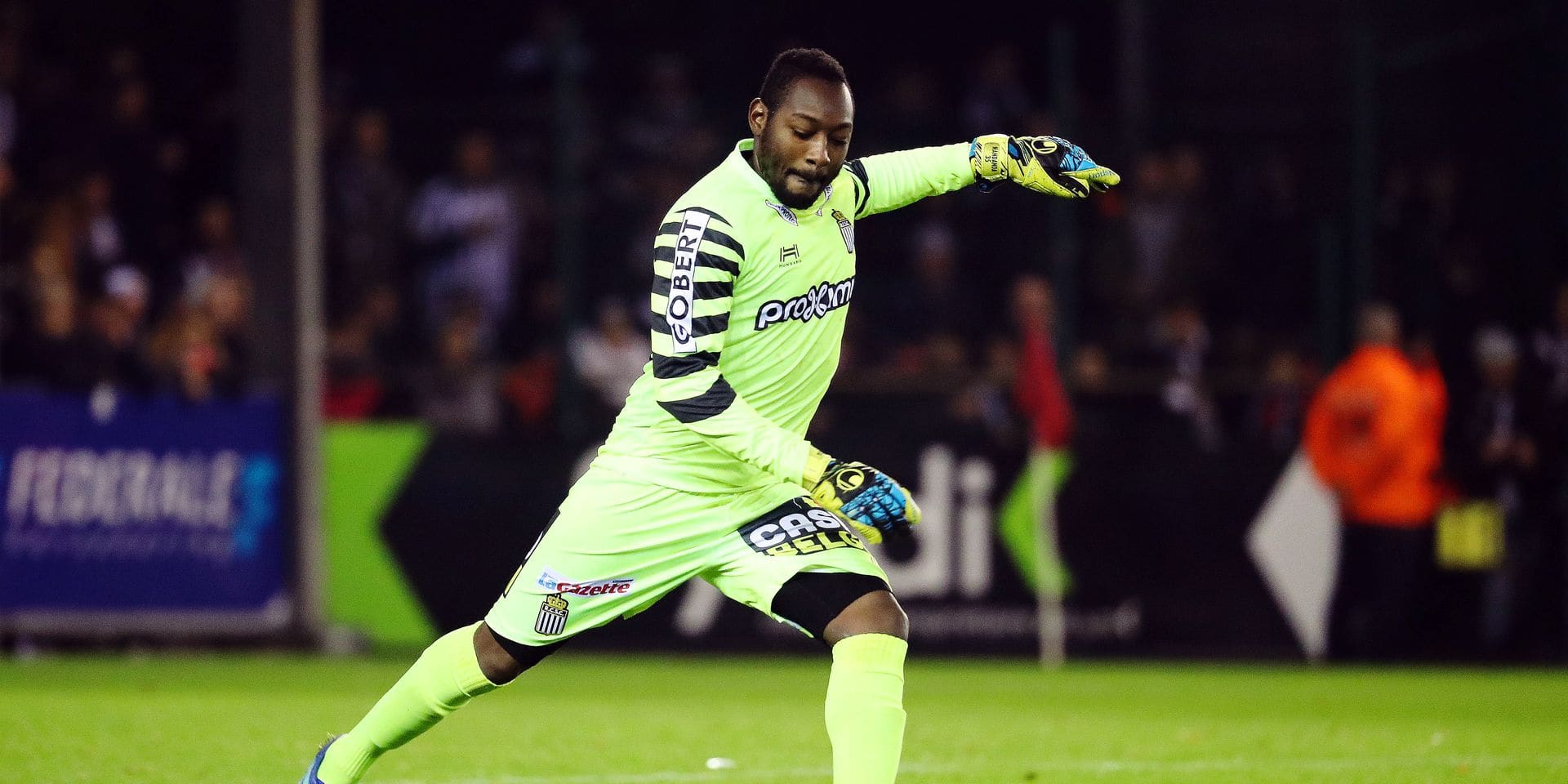 Charleroi's goalkeeper Parfait Mandanda pictured in action during a Croky Cup 1/8 final game between Royal Excel Mouscron and Sporting Charleroi, in Mouscron, Tuesday 28 November 2017. BELGA PHOTO VIRGINIE LEFOUR