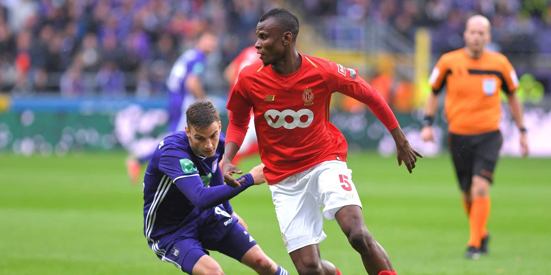 Anderlecht's Pieter Gerkens, Standard's Uche Agbo and fight for the ball during the soccer match between RSC Anderlecht and Standard de Liege, Sunday 23 September 2018 in Brussels, on the eighth day of the 'Jupiler Pro League' Belgian soccer championship season 2018-2019. BELGA PHOTO LUC CLAESSEN