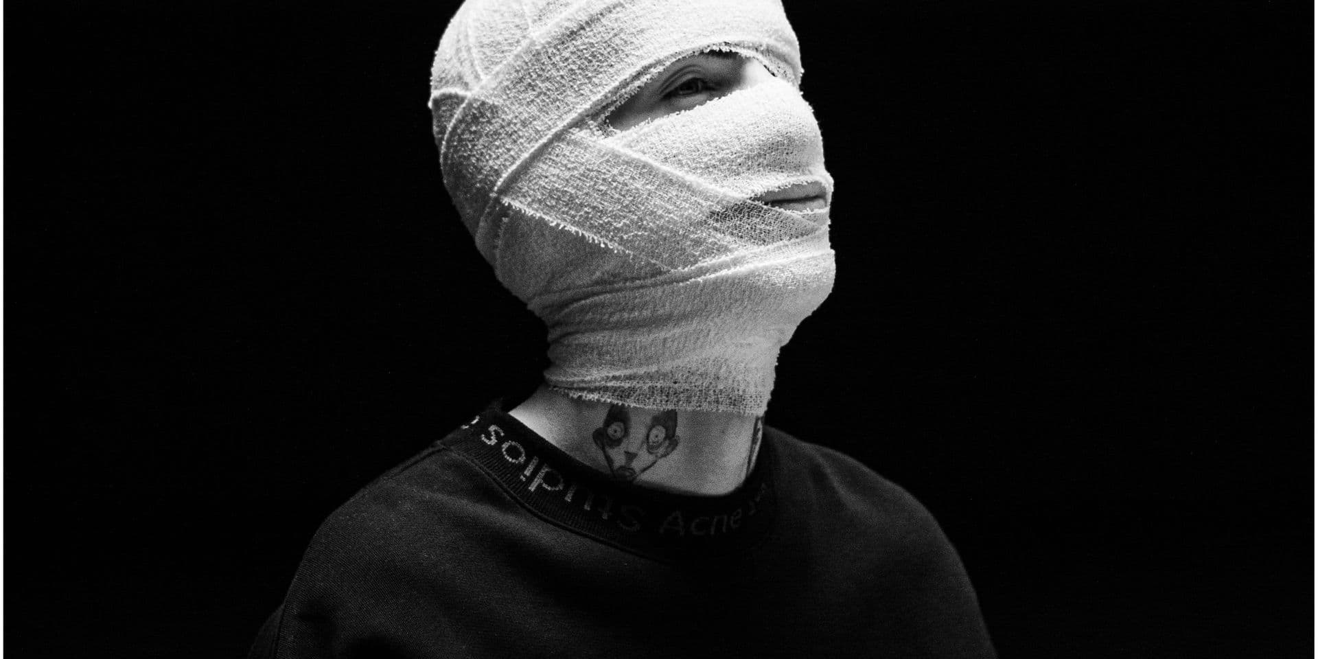 """Le jeune rappeur Yuzmv cartonne: """"Sous les bandages, tu peux imaginer qui tu veux"""""""