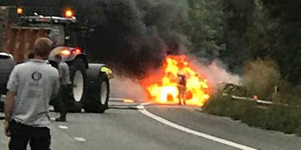 Un tracteur prend feu sur la N25 à Genappe - La DH