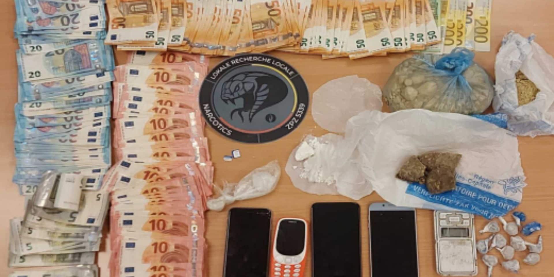 Héroïne, cocaïne, téléphones et argent en liquide: trois hommes placés sous mandat d'arrêt après une perquisition de la police