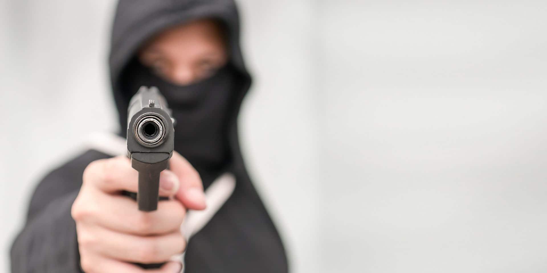 Waterloo : un homme cagoulé menace deux jeunes avec une arme