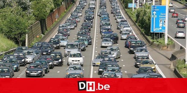 20070513 - STERREBEEK, BELGIUM : Kilometers of traffic jam along the E40 highway in Sterrebeek, Sunday 13 June 2007, as the highway had to be close in direction of Brussels after three accidents including 20 cars. BELGA PHOTO ERIC LALMAND