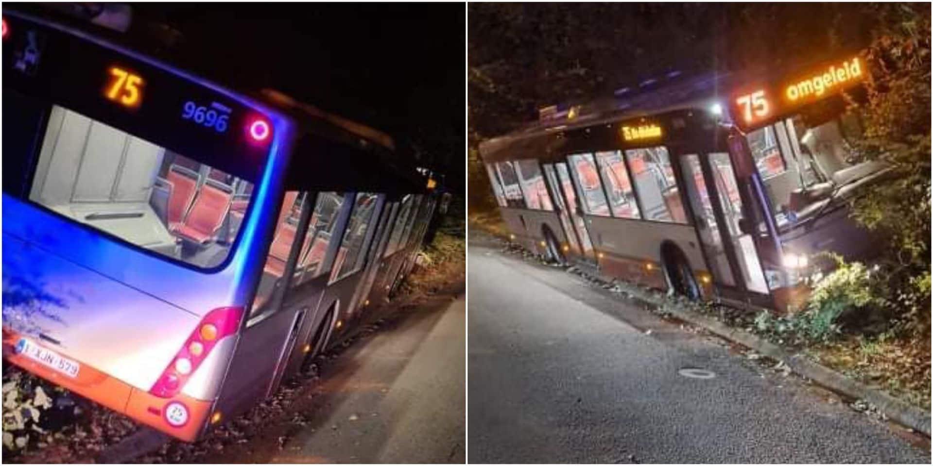"""Un bus de la ligne 75 finit sa course dans le décor à Neerpede : """"le conducteur a fait un malaise"""""""