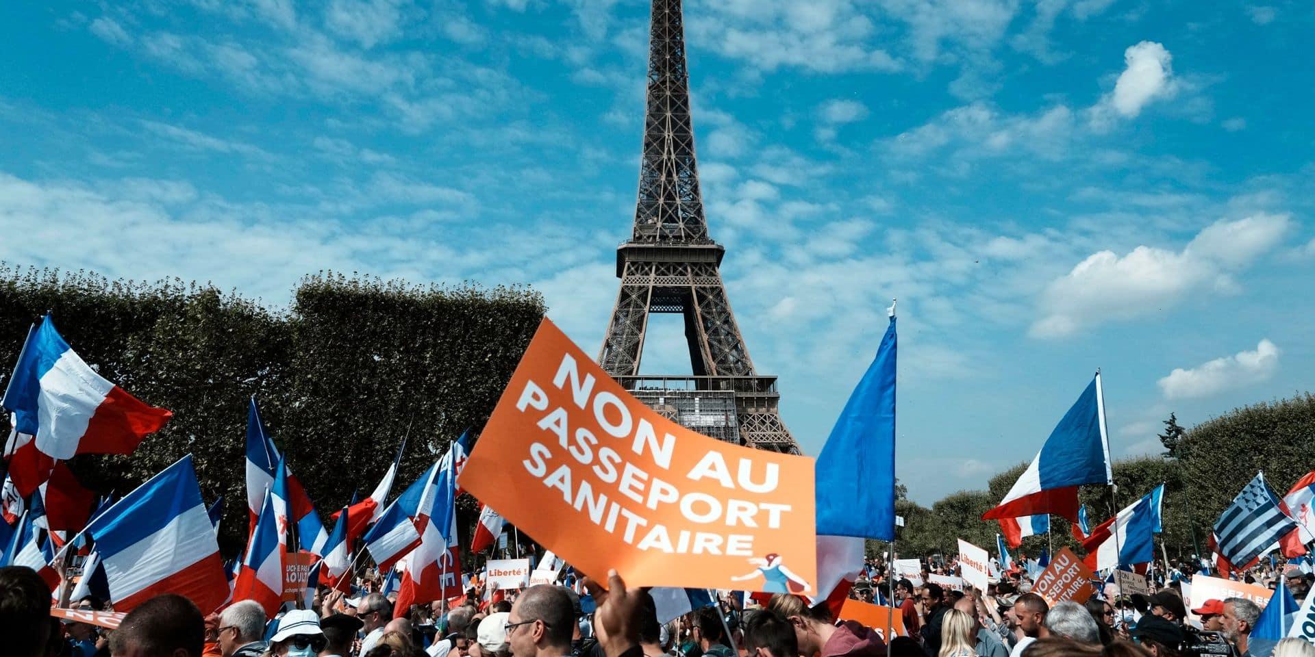 """""""Contre Macron et ses mesures liberticides"""": des milliers de manifestants dans les rues en France contre le pass sanitaire"""