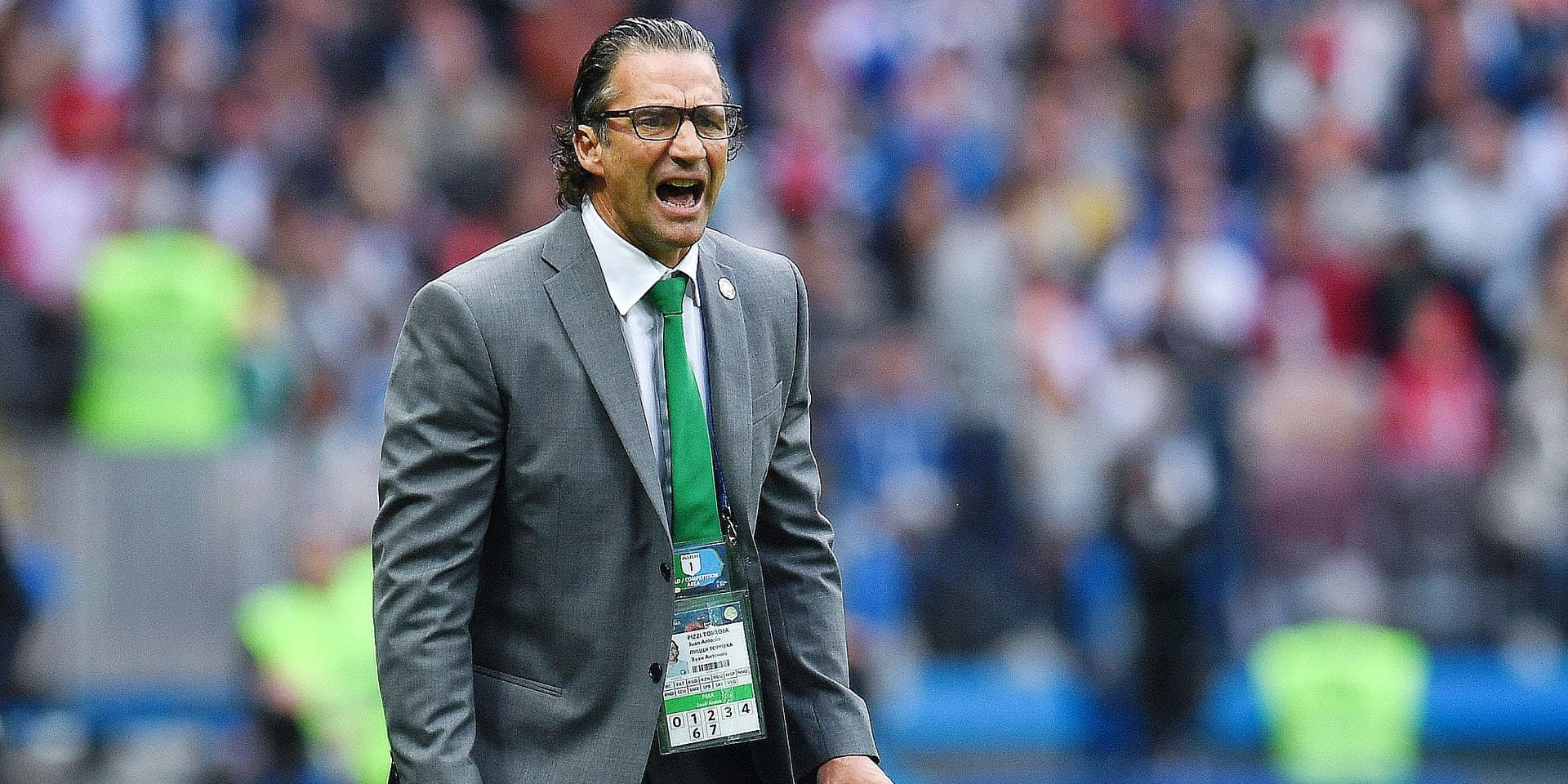 Saudi Arabia's coach Juan Antonio Pizzi shouts instructions from the sideline during the Russia 2018 World Cup Group A football match between Russia and Saudi Arabia at the Luzhniki Stadium in Moscow on June 14, 2018. / AFP PHOTO / Patrik STOLLARZ / RESTRICTED TO EDITORIAL USE - NO MOBILE PUSH ALERTS/DOWNLOADS