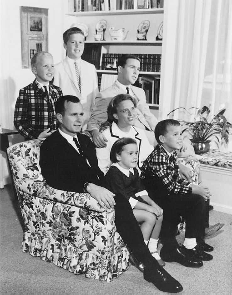 Les Bush posent dans leur maison du Texas en 1964. En plus de George W., on retrouve Jeb, Dorothy, Neil et Marvin. Barbara traverse sa phase la plus éprouvante en 1953, lorsque sa petite fille, Robin, atteinte d'une leucémie, décède après 7 mois de souffrance. C'est à ce moment que les cheveux de Barbara Bush auraient entièrement blanchi.