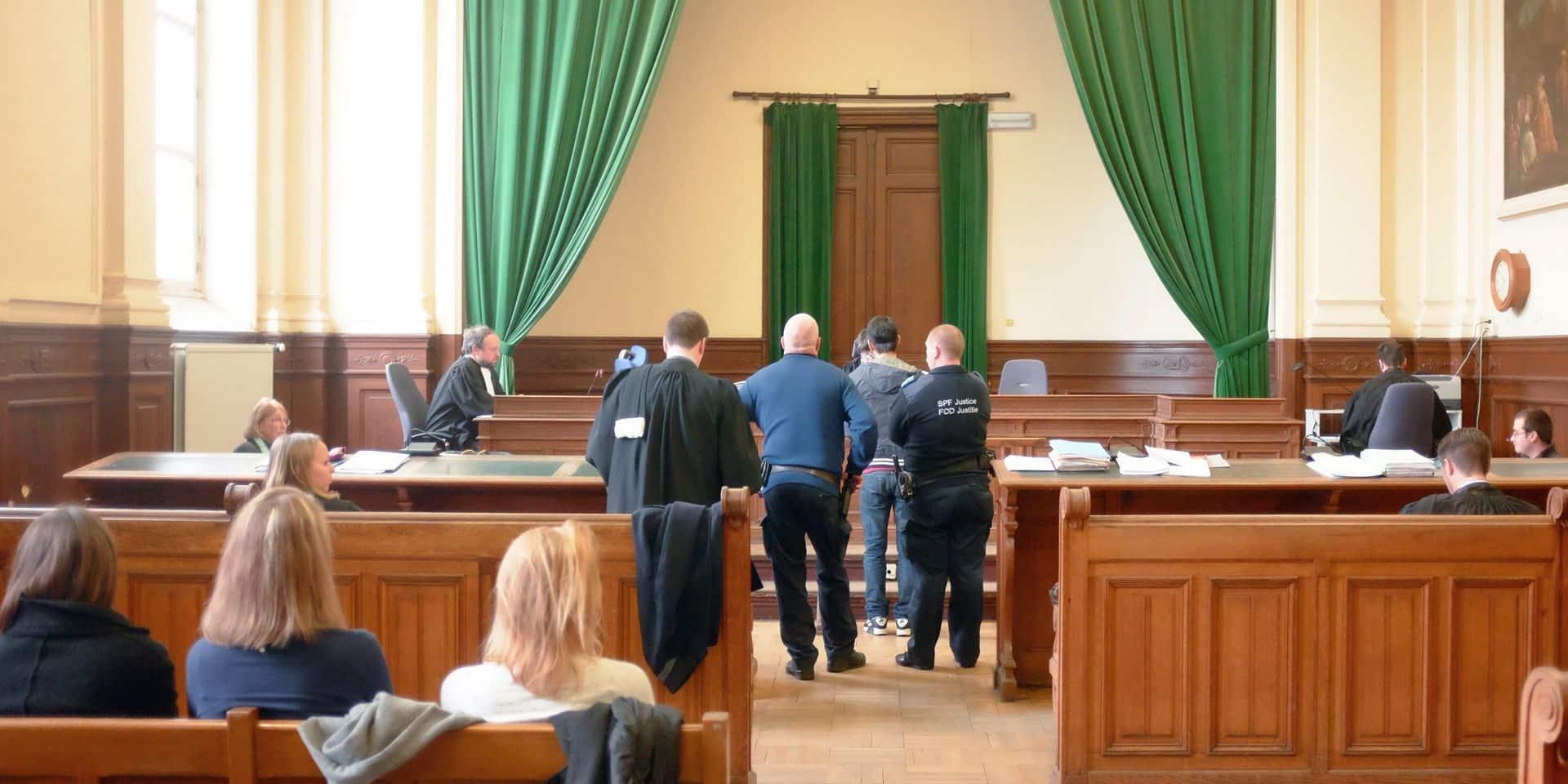 Deux avocats parviennent à faire libérer leur client: les autorités n'ont plus assez de bracelets électroniques!