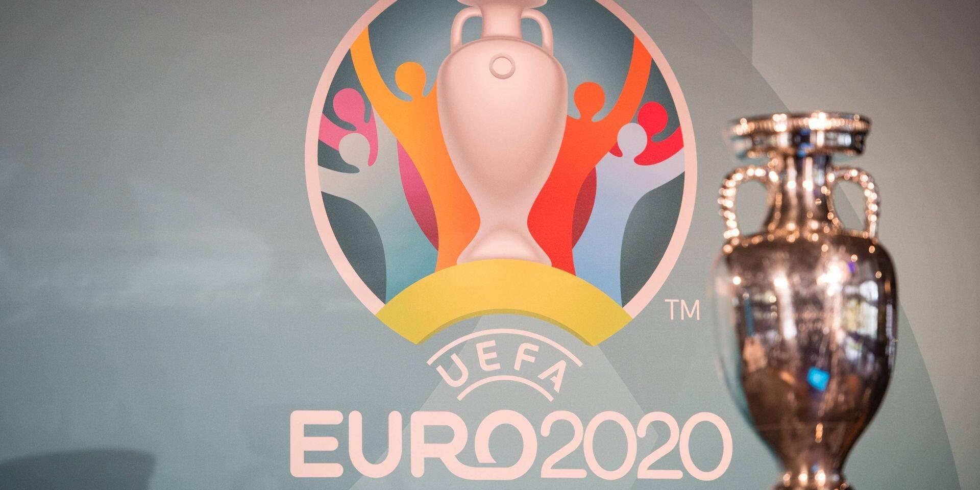 """Logo et coupe de l'UEFA Euro 2020, appelé """"Euro 2021""""."""