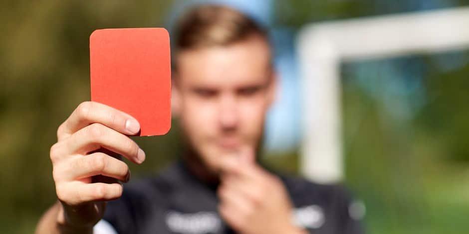 L'arbitre siffle un penalty, le joueur refuse de quitter le rectangle