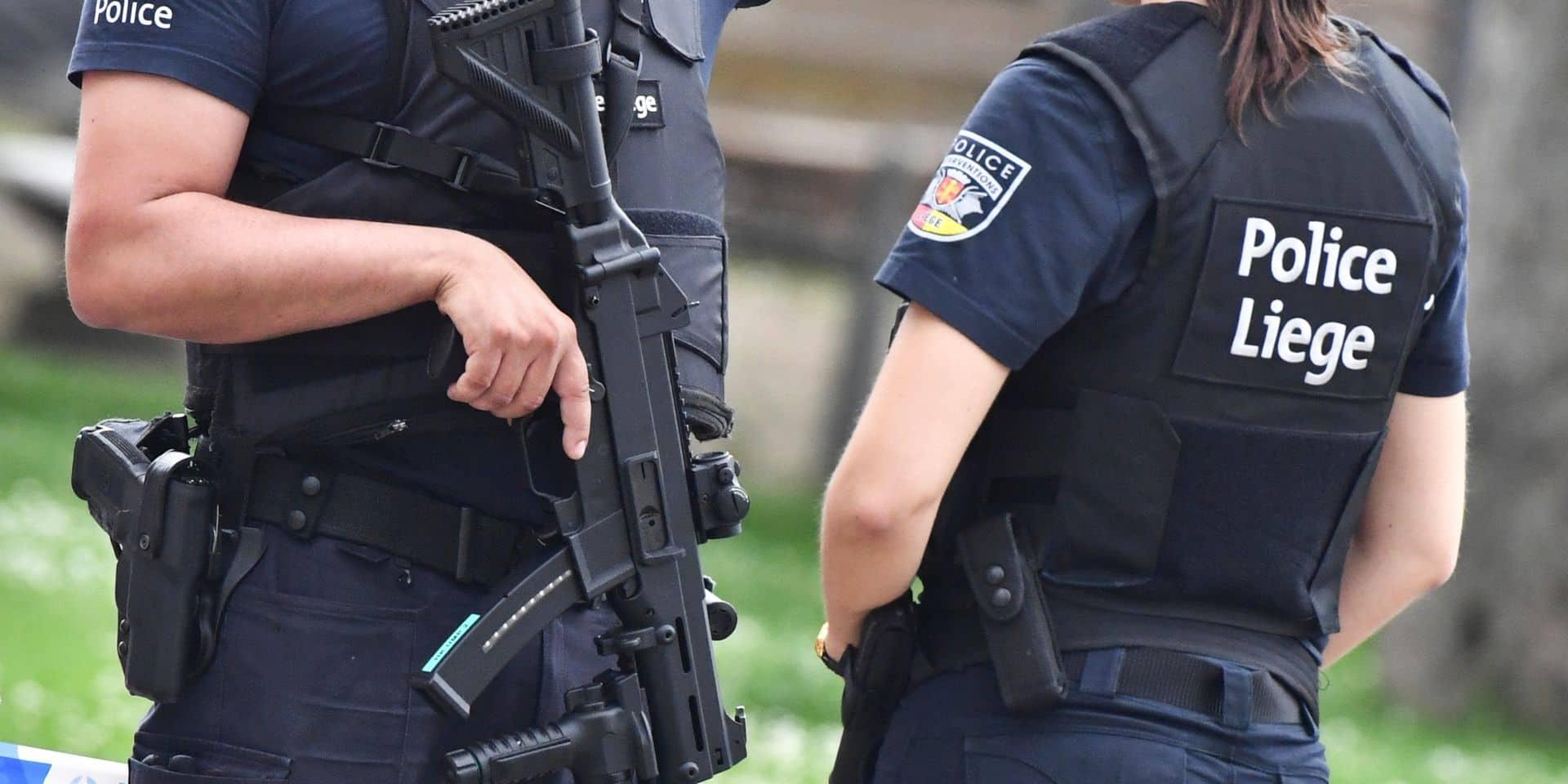 Un homme sort en rue avec une arme et menace ses voisins à Saive