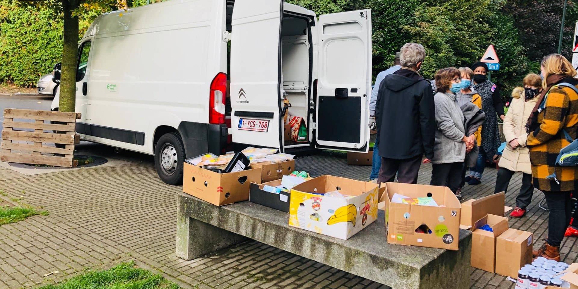 """Privée de salle à cause du Covid, une ASBL de Neder-Over-Heembeek, distribue ses colis alimentaires """"sous la pluie et dans le froid"""""""