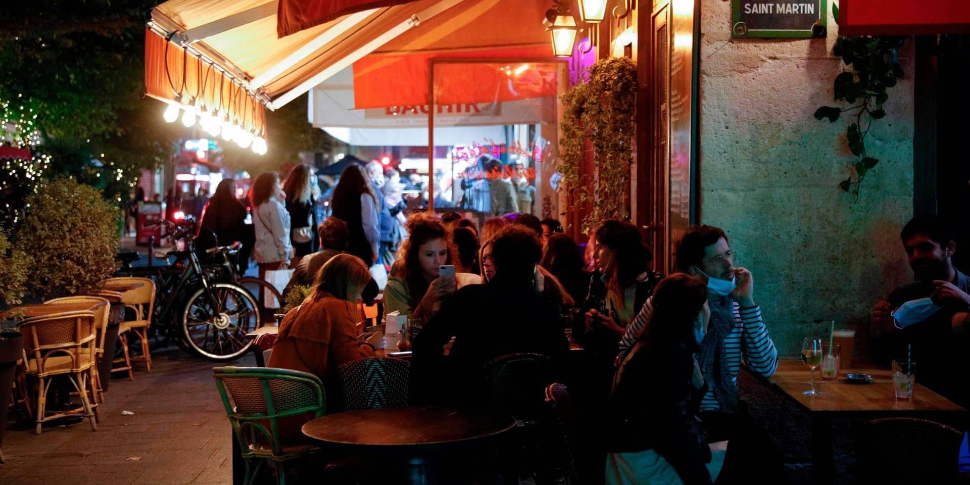"""""""Restons ouverts"""": des patrons de bars manifestent à Paris contre les nouvelles restrictions anti-Covid"""