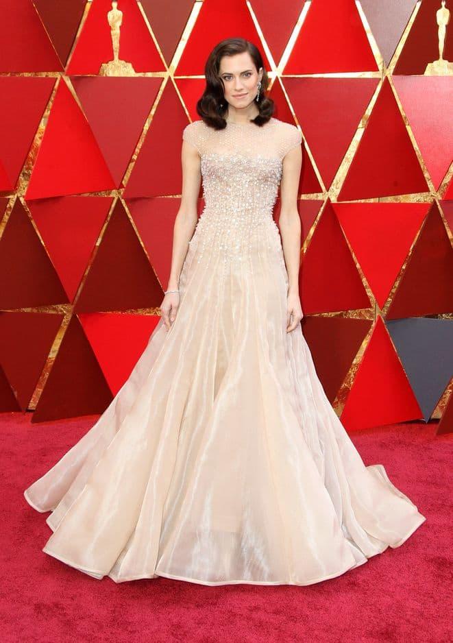 Allison Williams en robe de bal                               Armani